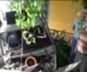 Traktöre çarptı, demir korkuluklarda asılı kaldı