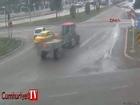 Hasta taşıyan ambulans traktöre çarptı: 2 yaralı